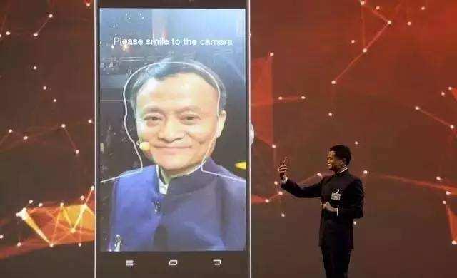 阿里集团董事局主席马云现场演示支付宝扫脸技术